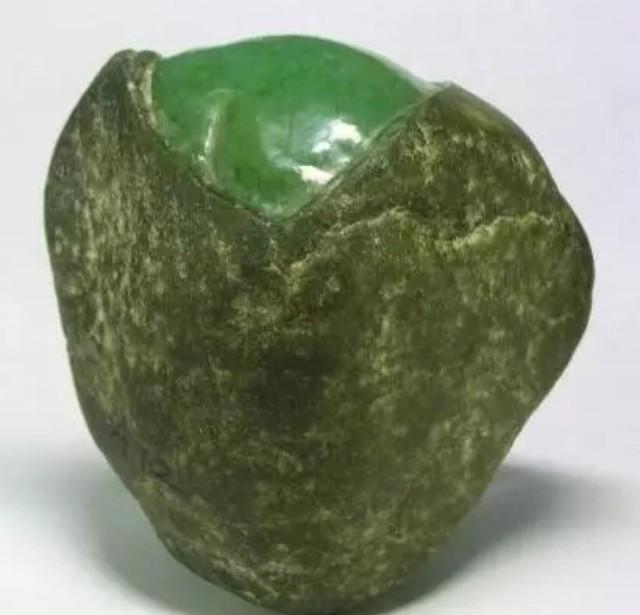 传说缅甸玉石商人赌石后,当真正切开加工时,一般不敢亲自在场,