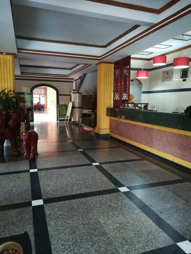 瑞丽宾馆赌石,缅甸商人租在宾馆里直接吃住做生意都在里面,比较
