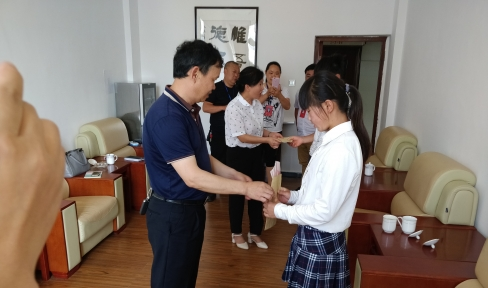 教育局长看望慰问学生