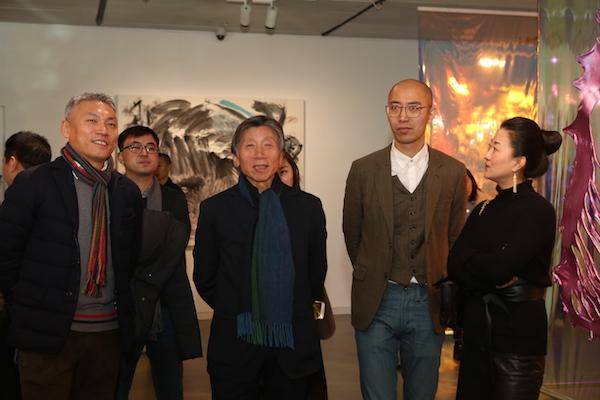 范迪安教授等嘉宾与艺术家在棋牌挣钱现场 2.JPG