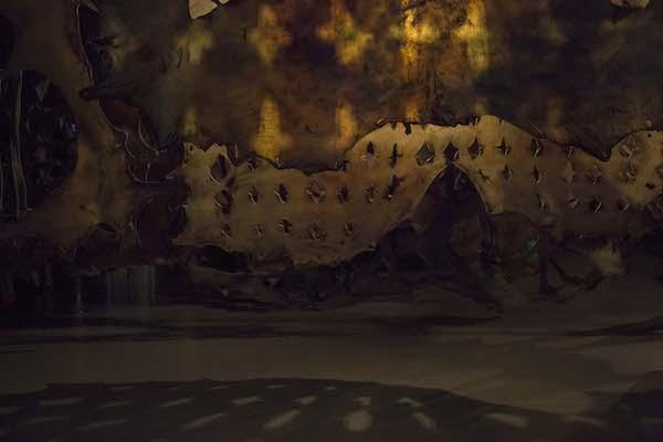 《刀的影子-素色的面孔》 邬建安 水牛皮  每件约200x10x220cm,约150件  2018         .jpg