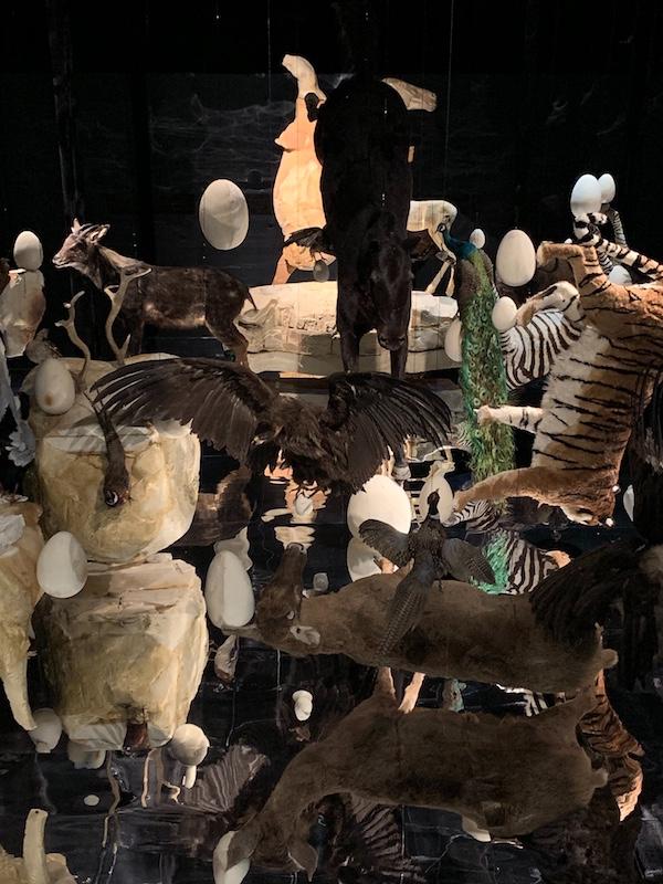 《人造物》(局部) 邬建安  动物标本,泡沫模型,金箔,纸黏土,镜面膜  尺寸可变  2018   4.JPG