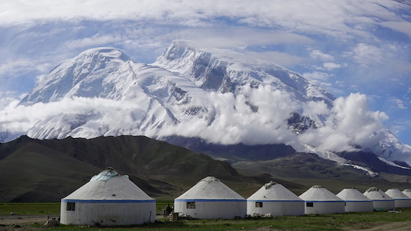 """""""冰山之父""""新疆慕士塔格冰川,慕士塔格冰川景区是国家级冰川景区,塔吉克民族素有""""鹰的民族""""的美称,鹰是塔吉克先民崇拜的图腾。宋靖摄影.jpg"""