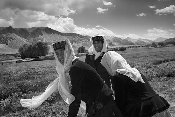 当代中国·喀什喀什地区隶属新疆维吾尔自治区,古称疏勒,地处欧亚大陆中部、中华人民共和国西北部、新疆维吾尔自治区西南部,东临塔克拉玛干大沙漠,东北与阿克苏地区的柯坪县、阿瓦提县相连,西北与克孜勒苏柯尔克孜自治州的阿图什市、乌恰县和阿克陶县相连,东南与和田地区的皮山县相连。喀什是一个多民族聚居的地区,许多古老民族曾在这里繁衍生息,发展经济、文化。在漫长的社会进程中,各个民族互相协作、互相 王瑶作品.jpg