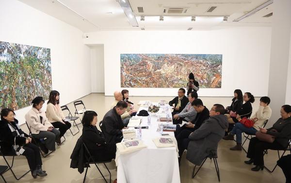8.开幕式前,嘉宾们在展厅内进行座谈.JPG