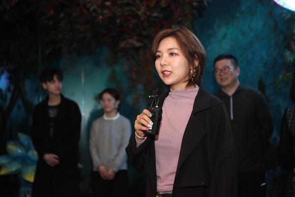 幻艺术中心经理 马韵梦介绍本次棋牌挣钱.JPG